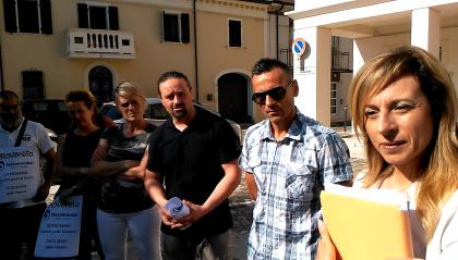 Dipendenti davanti al comune di Coriano per chiedere risposte. Sindaco Spinelli, 'I posti di lavoro vanno difesi nel rispetto delle leggi'