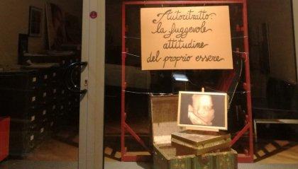 """Si veste a tema autoritratto la vetrina della Carlo Biagioli srl, lo stesso lanciato nelle settimane scorse dal """"secondo concorso internazionale d'arte"""""""