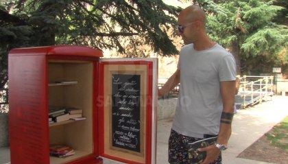 Il frigo delle polemiche: putiferio social sullo strumento per scambiare libri in Città