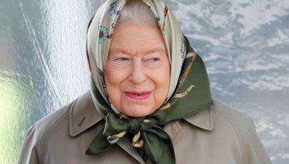 Incontrano la Regina Elisabetta ma non la riconoscono, e lei sta al gioco