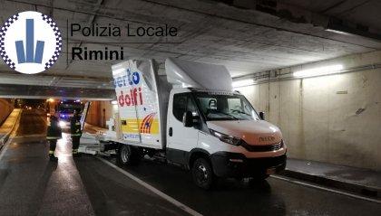 Non rispetta i limiti d'altezza e s'incastra nel sottopasso di via Martinelli distruggendo il furgone