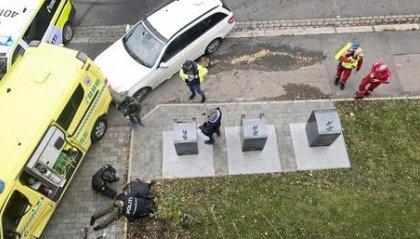 Ruba una ambulanza e si lancia sulla folla, diversi feriti
