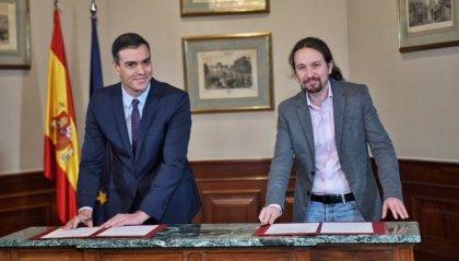 Leader Psoe e Podemos firmano accordo per governo di coalizione