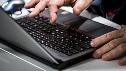 Porta il PC a riparare e il tecnico trova materiale pedopornografico. Arrestato autista di Riccione