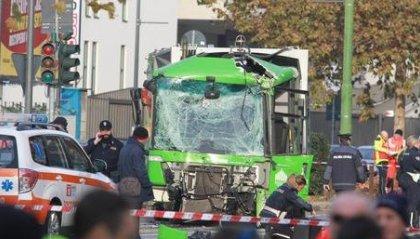 Scontro filobus-camion rifiuti, donna in coma