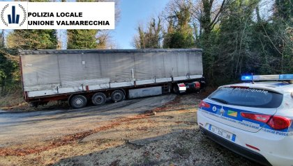 Autoarticolato bloccato in un tornante a Torriana. Scoppia la motrice, agente ferito