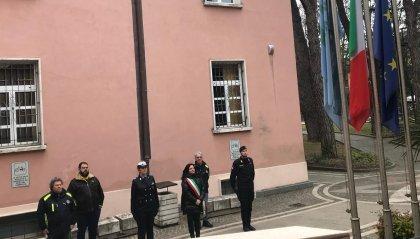 Riccione: il minuto di raccoglimento dei sindaco davanti alle bandiere a mezz'asta