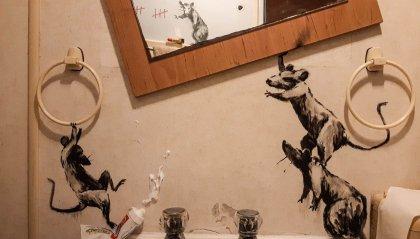 """Banksy mette a """"soqquadro"""" il bagno di casa"""