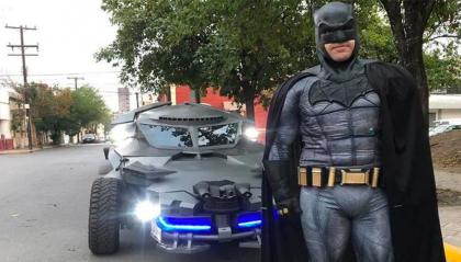 Batman è in Messico a vegliare sulla quarantena