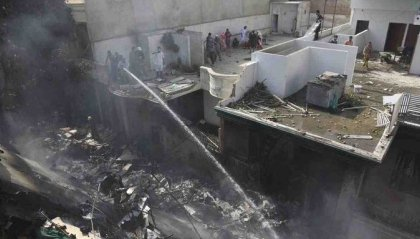 Pakistan: precipita aereo in fase di atterraggio e finisce sulle case, diversi morti e feriti