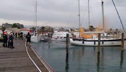 """Rimini: barca """"in fiamme""""; al porto turistico l'esercitazione della Capitaneria di Porto"""