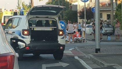 Scontro con auto: mamma e figlio in scooter finiscono in ospedale