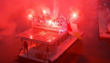Il Legia è campione di Polonia e sfila lungo il fiume