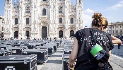 La protesta dei lavoratori dello spettacolo: 500 bauli vuoti davanti al Duomo di Milano
