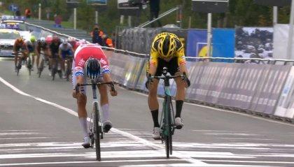 Giro Fiandre, van der Poel d'un soffio su van Aert. Alaphilippe ko