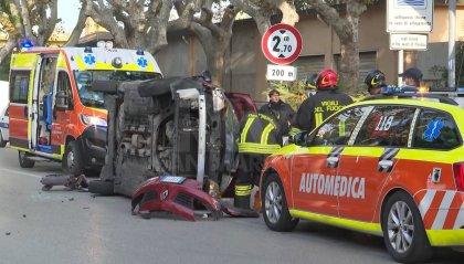 Rimini: incidente in viale Tripoli, auto si ribalta su un fianco
