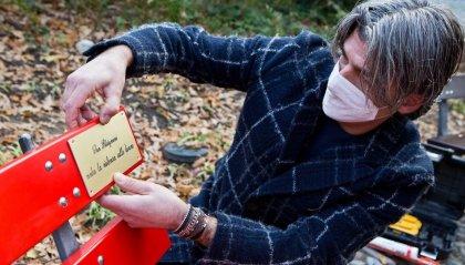 Violenza sulle donne: i ragazzi decorano una panchina rossa a San Patrignano