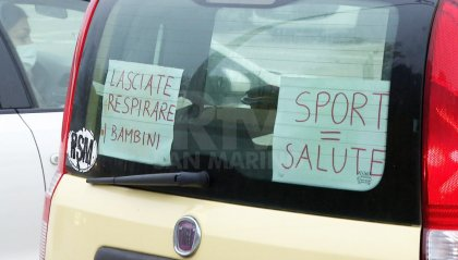 Misure anticovid, i genitori protestano: corteo di auto con palloncini bianchi per chiedere soluzioni alternative