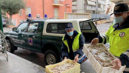 I pescatori donano quaranta casse di pesce e 100 chili di vongole alla Protezione Civile