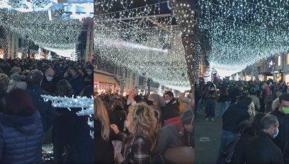 Natale: Rimini accende le luci, polemiche per la folla a Riccione