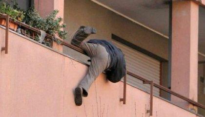 Il marito rientra prima dal lavoro...l'amante si butta dal balcone