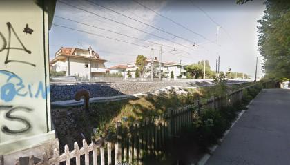 Rivazzurra: donna spaesata cammina vicino ai binari del treno, salvata dalla Polizia