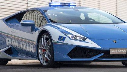 Sfanala all'auto della Polizia per chiedere strada