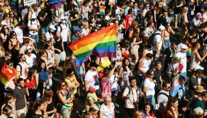 Budapest si tinge d'arcobaleno, migliaia sfidano Orban