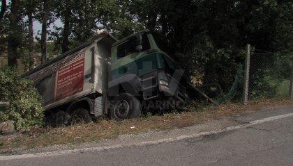 Camion si sfrena e finisce contro una casa a San Michele [video]