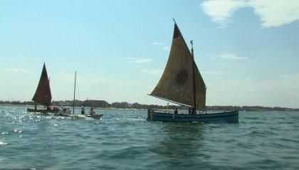 """I colori delle """"vele al terzo"""" fanno da sfondo al Porto Canale di Cesenatico"""