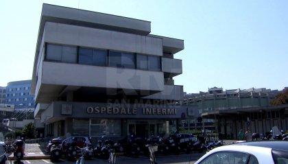 Rimini, straniero forse sieropositivo si toglie l'ago della flebo e colpisce agli occhi con schizzi di sangue un infermiere