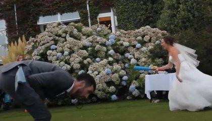 La sposa un po' brilla si diletta con il Baseball...lo sposo ne fa le spese
