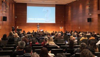 Sala attenta e partecipativa ad ascoltare il messaggio di Robert Jhonson il formatore di Bill Gates