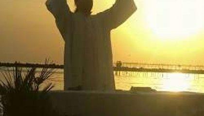 Don Mark e la preghiera in riva al mare