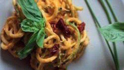 Cucina: Spaghetti di zucchina in crema di peperone giallo